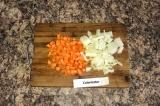 Шаг 1. Почистить лук и морковь, нарезать их кубиками.