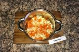 Шаг 2. Обжарить лук и морковь в кастрюльке с толстым дном, там же и варить суп.