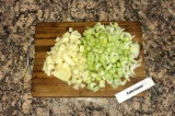 Шаг 3. Пока жарится лук и морковь, нужно почистить картофель и нарезать кубиками