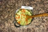 Шаг 4. К моркови и луку добавить сельдерей и тушить 3 минуты.