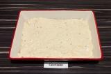 Шаг 4. Смазанными маслом руками растянуть тесто в форме для выпечки.