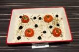 Шаг 5. Выложить помидоры, оливки, веточки розмарина и присыпать специями.