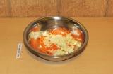 Шаг 6. Смешать рис, чечевицу и морковку с луком и чесноком.