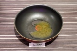 Шаг 1. На сковороде нагреть масло и специи в течение полминуты.