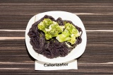 Готовое блюдо: лапша из черного риса с брокколи