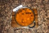 Шаг 9. Забросить в бульон с курицей картофель, сосиски, маслины, тушеные овощи