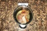 Шаг 1. Для бульона курицу залить 4 литрами воды и варить 35 мин.