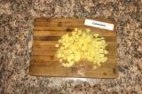 Шаг 2. Картофель почистить и нарезать кубиками.