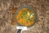 Шаг 5. Лук, морковь, огурцы и чеснок отправить на сковороду и тушить 20 мин.