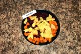 Шаг 2. Картофель нарезать брусочками и все овощи сложить в форму для выпекания.