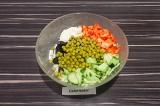 Шаг 6. В салатнике смешать все ингредиенты, кроме помидоров, заправить майонезом