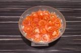 Шаг 7. Выложить верхний слой из помидоров.