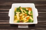 Шаг 7. Горячий бульон залить в форму так, чтобы овощи скрылись. Оставить застыва