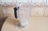Шаг 6. Блендером взбить орехи с водой и специями.