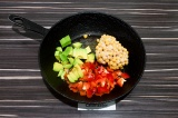 Шаг 5. Добавить в сковороду нут, перец и авокадо. Пассеровать 5 минут, затем вли