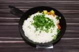 Шаг 7. Добавить рис к овощам, добавить зелень и все перемешать.
