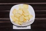 Шаг 2. Сыр нарезать пластинками по размеру хлебцев.