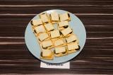 Готовое блюдо: закуска из итальянских хлебцев с арахисовой пастой