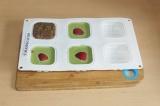 Шаг 11. Выложить корж на каждое пирожное.