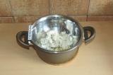 Шаг 2. Растопить какао-масло и кокосовый урбеч на водяной бане.