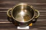 Шаг 3. В кастрюле с толстым дном нагреть семена горчицы с маслом до треска.