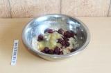 Шаг 4. Добавить вишню, яблочное пюре и тщательно перемешать.