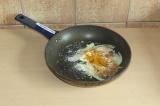 Шаг 2. Лук выложить на сковороду со специями и припустить минут 5.