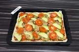 Шаг 9. Выложить томаты и авокадо.