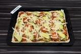 Шаг 10. Присыпать тертым сыром и выпекать в духовке 15 минут при 180 градусах.