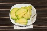 Шаг 3. Авокадо очистить, удалить косточку и нарезать.