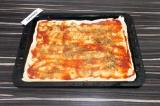 Шаг 6. Смазать тесто томатной пастой и присыпать специями.
