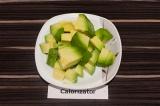 Шаг 1. Авокадо очистить и нарезать.