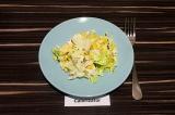 Готовое блюдо: салат айсберг с авокадо