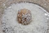 Шаг 6. Каждую конфетку обвалять в кокосовой стружке и сублимированной малине.