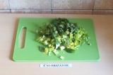 Шаг 1. Нарезать сельдерей и шпинат.