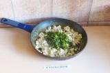 Шаг 5. Добавить зелень к тофу и потушить минутки 3.