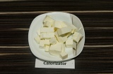 Шаг 2. Сыр нарезать кубиками.