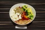 Шаг 4. В глубоком салатнике смешать все ингредиенты, подсолить и заправить оливк