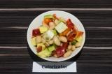 Готовое блюдо: фасолевый салат с авокадо и семечками
