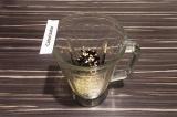 Шаг 2. В чашу блендера погрузить чернику, пророщенную зеленую гречку и налить