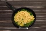Шаг 4. Добавить фарш к шпинату и тушить еще 10 минут.