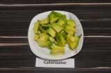 Шаг 1. Авокадо очистить и нарезать кубиками.
