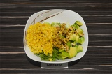 Шаг 5. В салатнике смешать все ингредиенты и заправить салат.