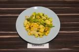 Готовое блюдо: салат с рукколой и авокадо