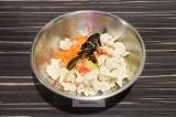 Шаг 1. Овощи выложить в глубокую миску и разморозить наполовину, примерно 20 мин