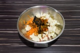 Шаг 3. Залить заправкой овощи, перемешать и дать постоять около 40 минут.