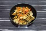Шаг 4. Выложить овощи на сковороду вместе с соусом и выделившимся соком.