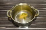 Шаг 2. В кастрюле нагреть масло и специи, примерно минуту.