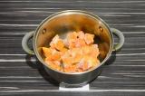 Шаг 3. Выложить тыкву и добавить воду, тушить под закрытой крышкой 30 минут.