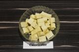 Шаг 3. Сыр тофу нарезать кубиками.
